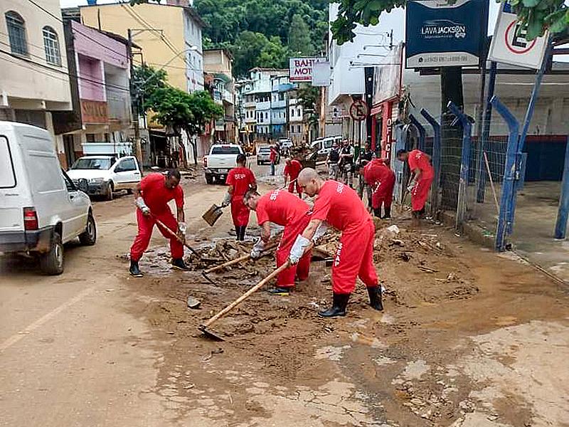 Detentos do Presídio de Manhuaçu também auxiliam na limpeza da cidade