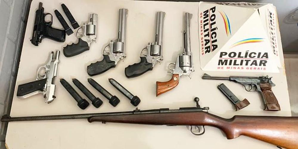 Armas apreendidas pela Polícia Militar em Muriaé — Foto: Silvan Alves/Reprodução