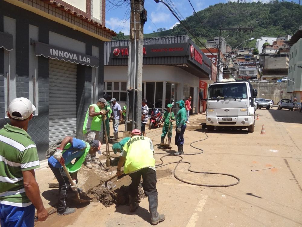 Prefeitura de Manhuaçu reforça limpeza com desentupimento de bueiros e galerias