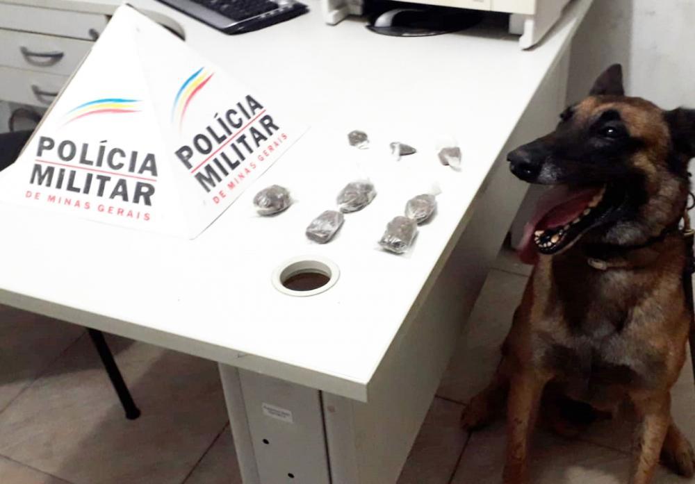 PM apreende drogas na rua Professor Silas Heringer em Manhuaçu