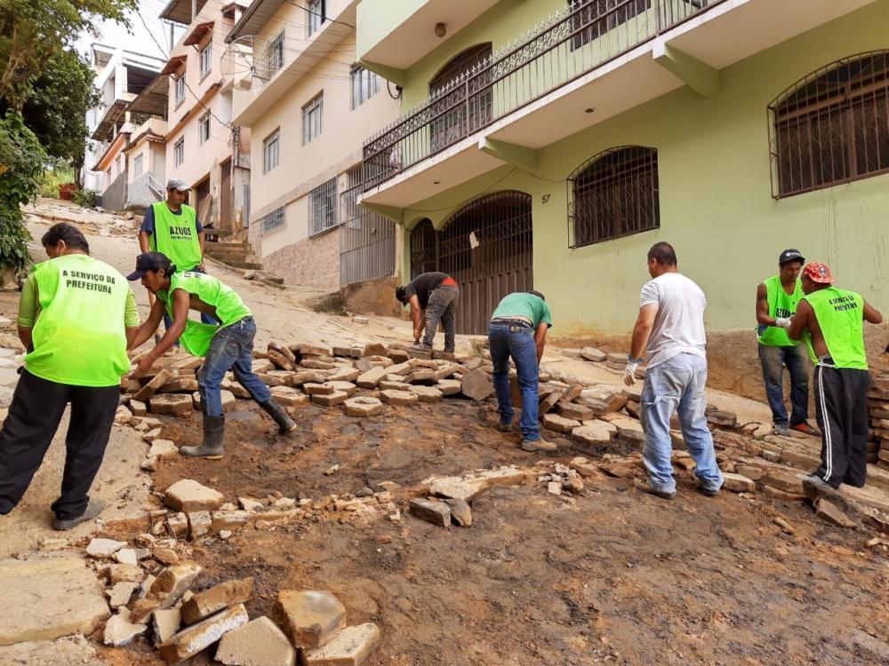 Secretaria de Obras inicia reparos na rua Juquinha Santana em Manhuaçu