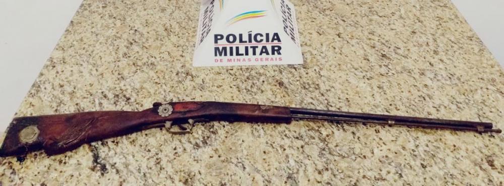 PM apreende espingarda em propriedade rural em Santana do Manhuaçu
