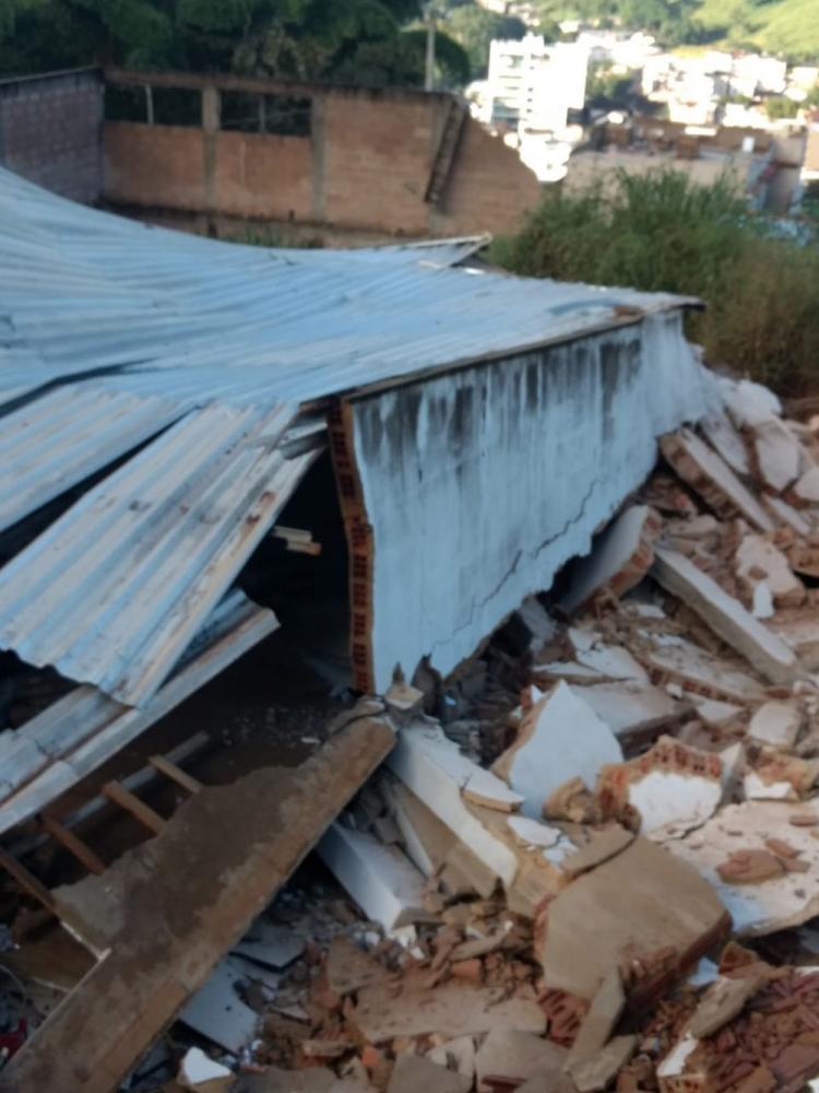 Imóvel de três andares desabou na manhã deste sábado (15) em Carangola — Foto: Defesa Civil/Divulgação