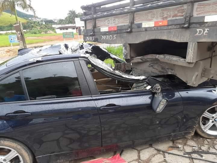 BMW bate na traseira de caminhão em Manhuaçu neste domingoo (Foto/Carlos Antônio)