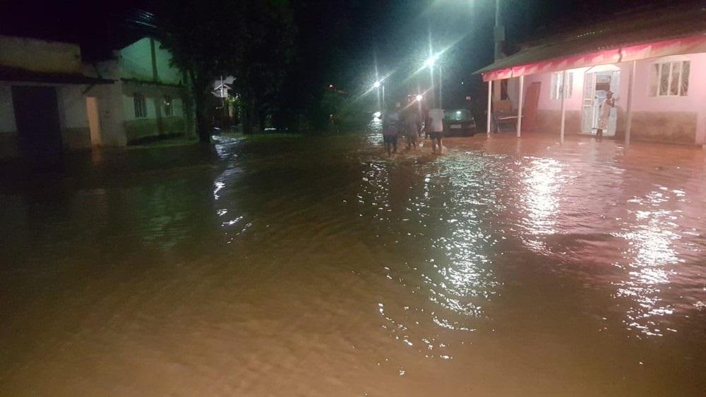 Famílias ficam desalojadas após cabeça d'água atingir a zona rural de Carangola