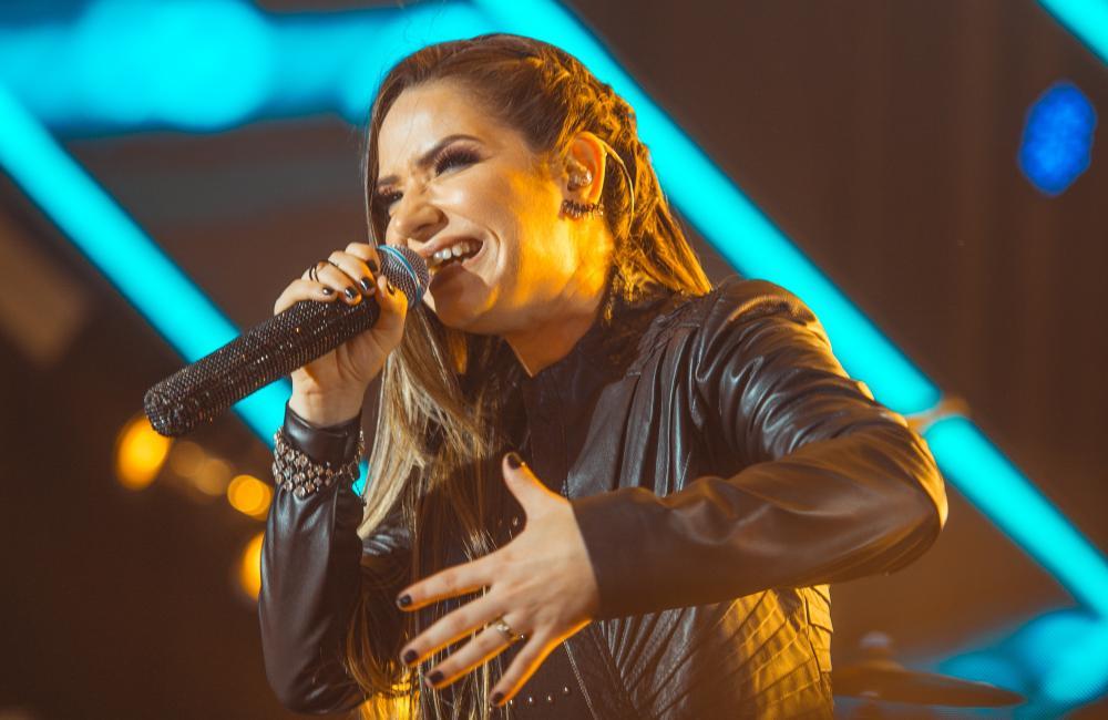 """Camila Campos lança single autoral e videoclipe """"Culto de Fogo"""""""