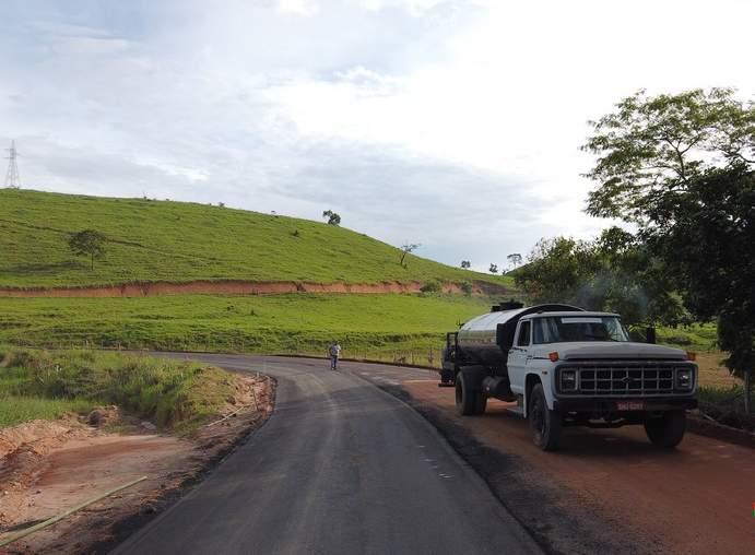 São José do Mantimento asfalta estrada até a divisa com Chalé