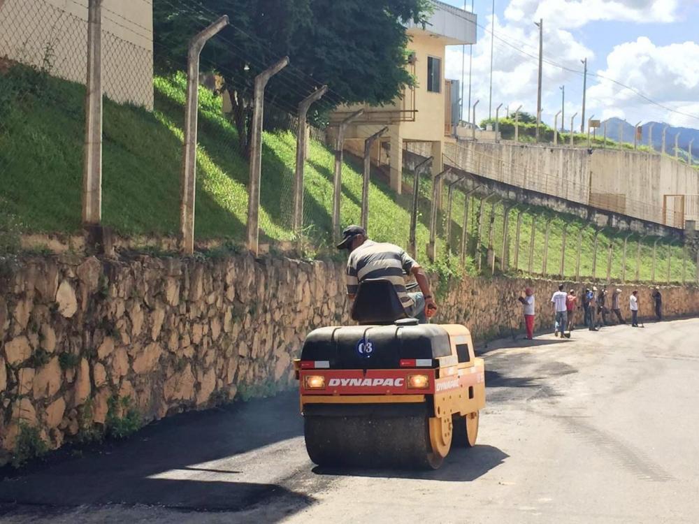 Prefeitura de Manhuaçu realiza operação tapa-buracos e melhorias em ruas