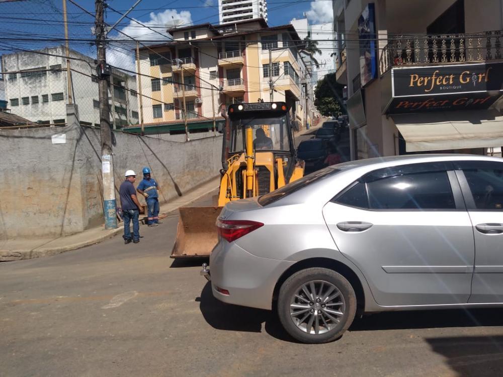 Manutenção em rede de esgoto na Rua Rev. Antônio Godoy em Manhuaçu