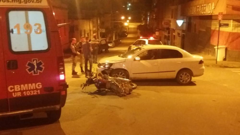 Acidente envolvendo motociclista deixa feridos no centro de Manhuaçu