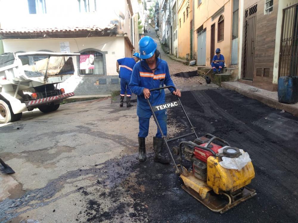 SAAE continua recompondo o asfalto e manutenções em Manhuaçu