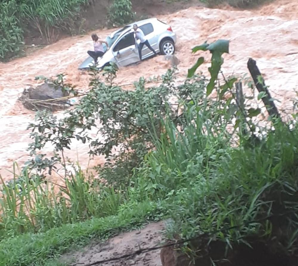 Carro com duas pessoas derrapa na MG-425, despenca de barranco e cai em córrego em Entre Folhas