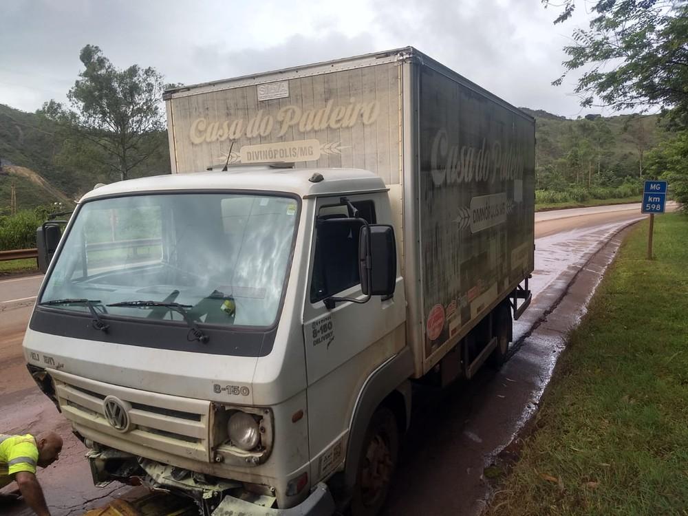 Três homens ficaram feridos em acidente na BR-040, nesta quarta-feira (26) — Foto: Corpo de Bombeiros de Minas Gerais/Divulgação