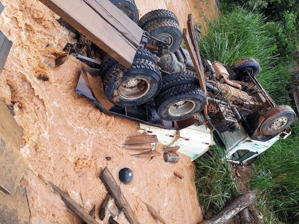 Caminhão cai no rio Caratinga