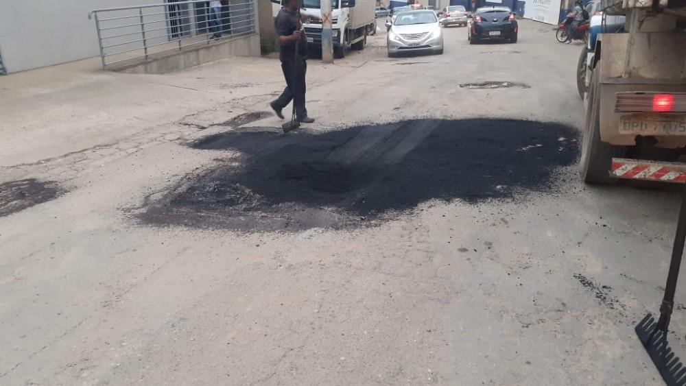 Prefeitura de Manhuaçu continua com tapa-buracos e recomposição asfáltica das ruas