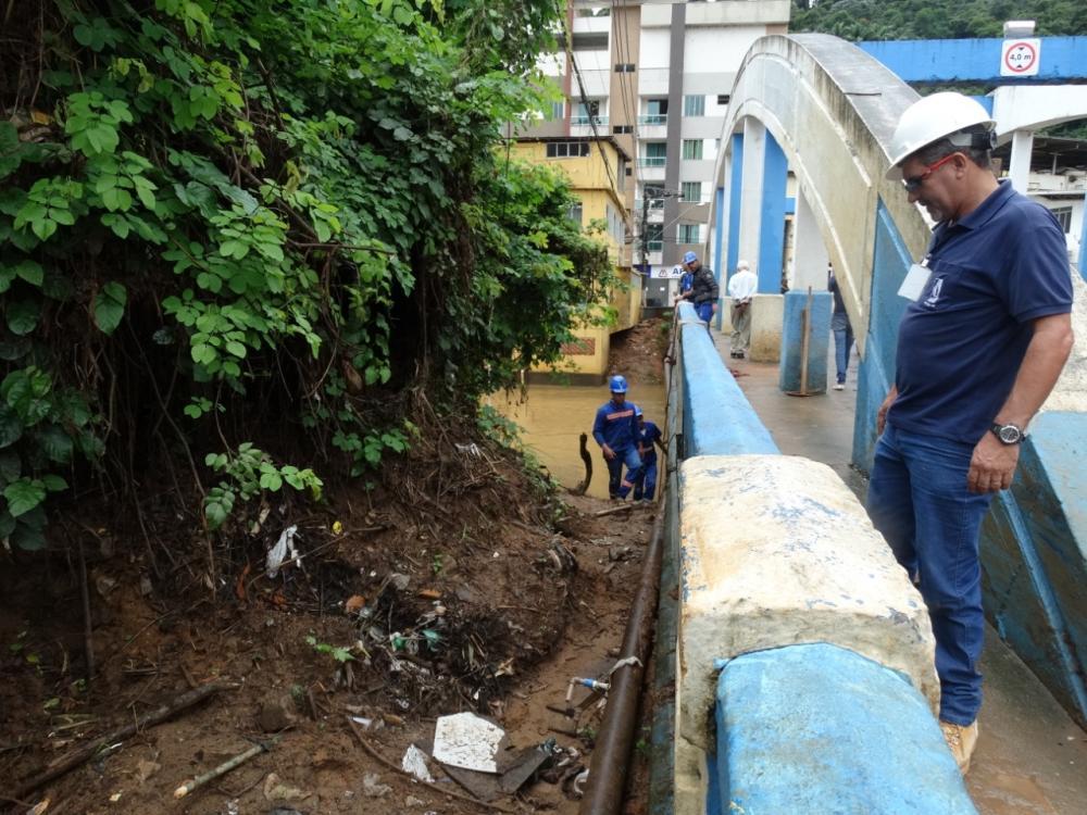 SAAE realiza manutenção em rede de água na Ponte dos Arcos em Manhuaçu