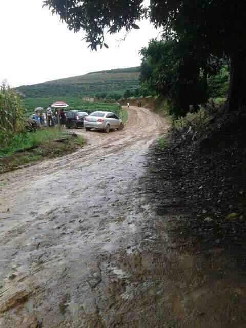 Moradores do Córrego São Sebastião em Manhuaçu pedem ajuda para manutenção da estrada (Foto/Alex Vaz)