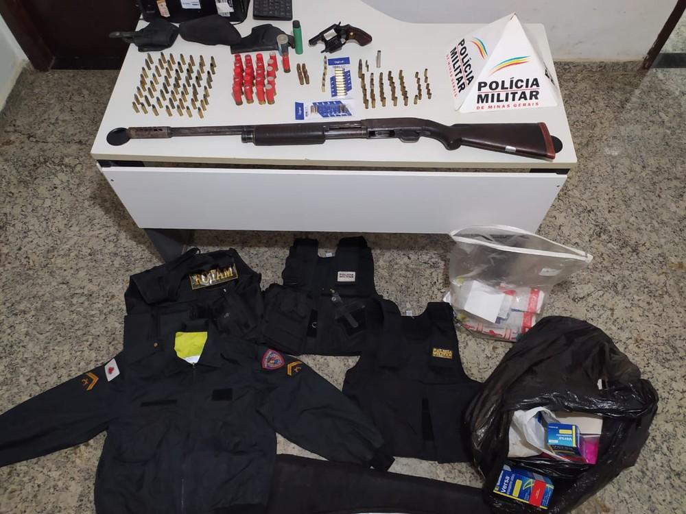 PM apreende armas, mais de 100 munições e coletes com distintivos da Polícia Militar em Caratinga; dois foram presos (Foto/PMMG)
