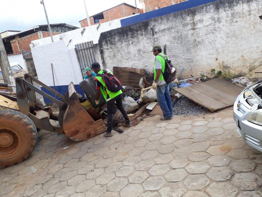 SAMAL: funcionários retiram entulho e lixo no bairro Matinha em Manhuaçu