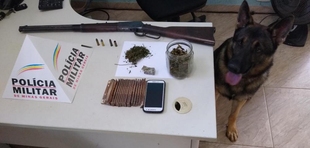 Durante cumprimento de mandado, PM apreende drogas, arma e munições em Caparaó