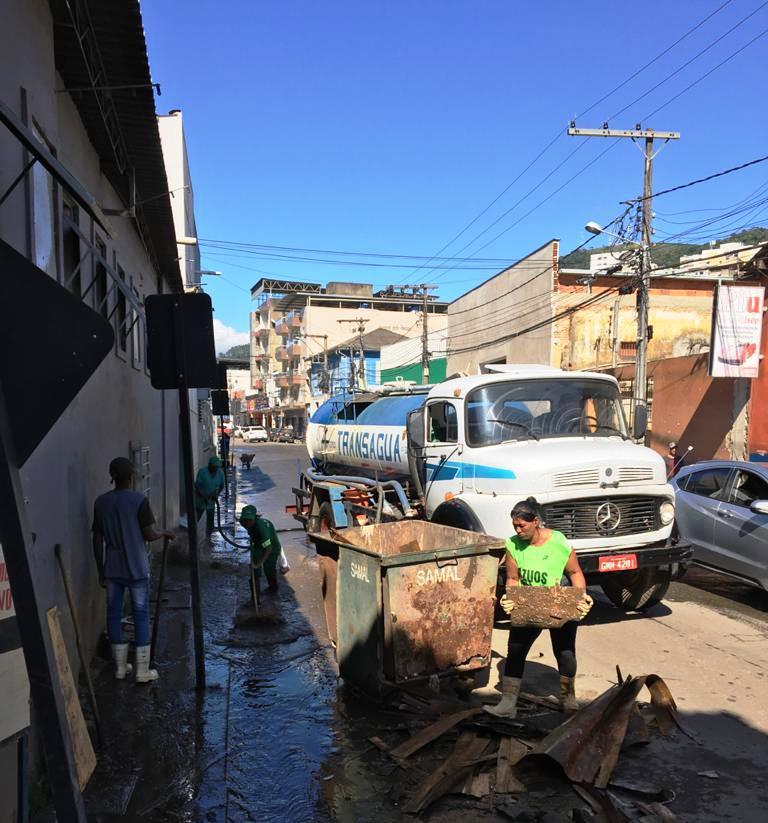 Semana começa com limpeza geral em diversas ruas de Manhuaçu