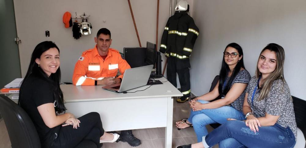 Corpo de Bombeiros Militar de Manhuaçu e Vigilâncias se reúnem para alinhar procedimentos no atendimento de pacientes suspeitos de infecção pelo agente covid-19
