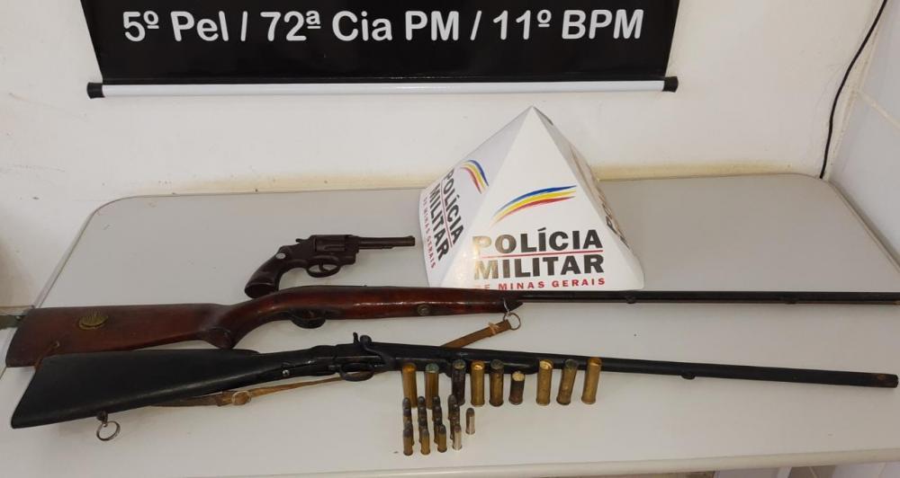 Na data de ontem, 29/04, durante visitas de prevenção a crimes violentos, a equipe policial de Simonésia, realizou contato com um homem, 80 anos, no qual constava denúncia de possuir armas de fogo em casa.