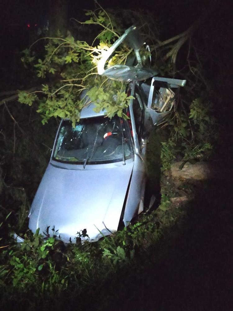 Carro perde o controle, cai em ribanceira e uma jovem morre no local