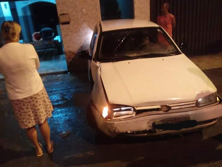 Gol bate em casa em Carangola e o motorista abandonou o veículo