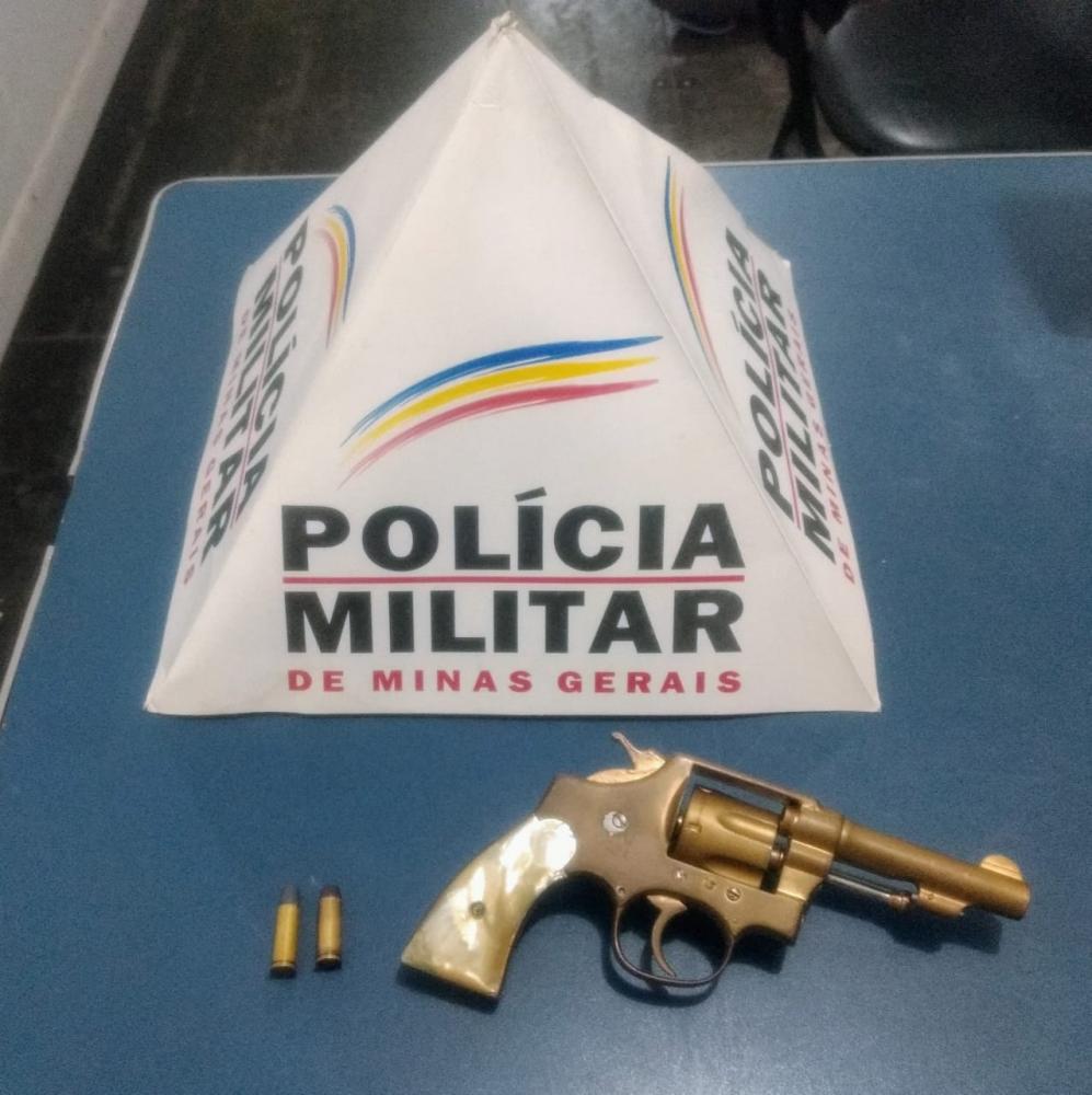 PM apreende arma de fogo no bairro Matinha em Manhuaçu