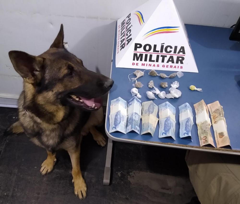 PM apreende drogas e menor no bairro Santa Terezinha em Manhuaçu com ajuda do Aquiles