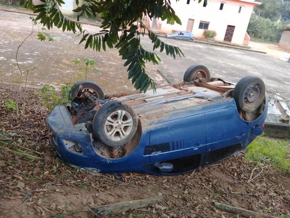 Motorista passa mal e capota carro em Martins Soares