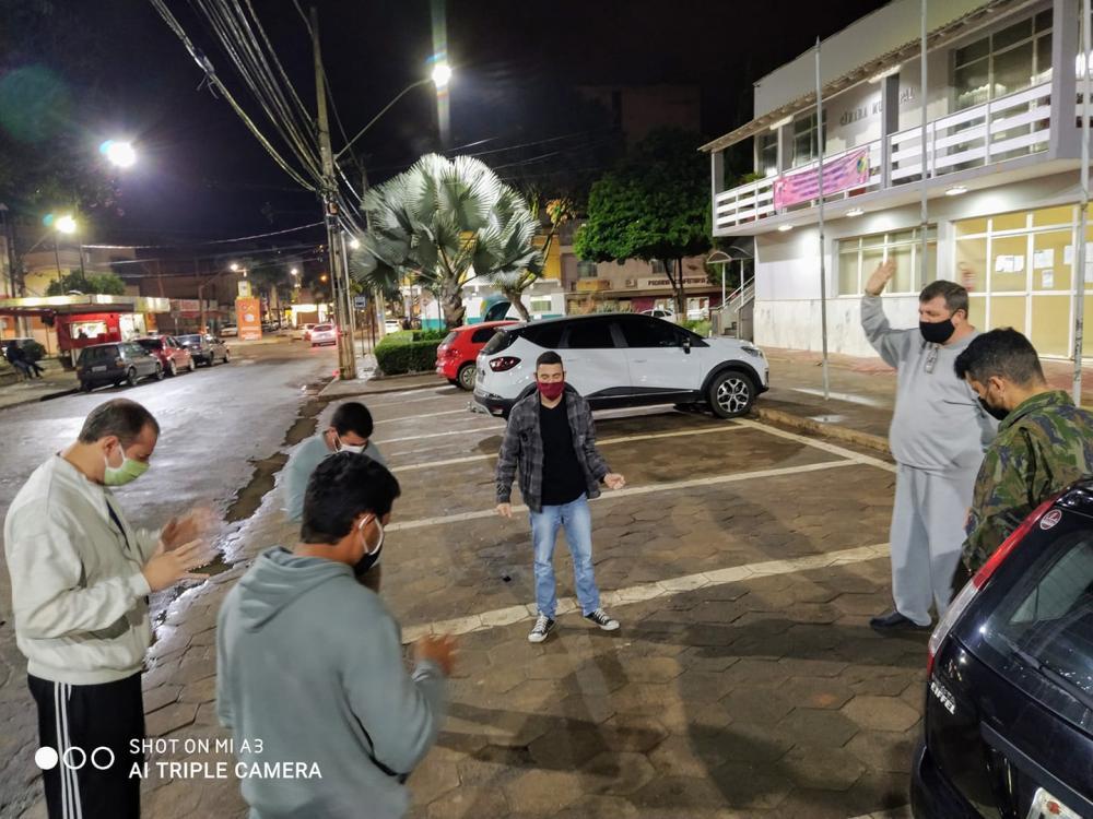 Homens unem em oração na rua em favor da COVID-19 em Espera Feliz