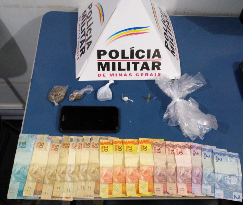 Drogas e dinheiro são apreendidos pela PM no bairro Engenho da Serra em Manhuaçu