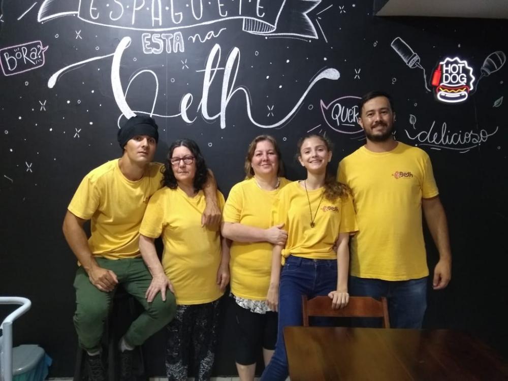 Delivery da Beth Lanches é sucesso em Manhuaçu com espaguete, cachorro quente e angu baiano