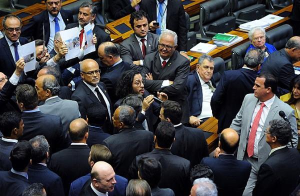 Enquanto Feliciano levantava fotos das obras, houve discussão Foto: Câmara dos Deputados/Luis Macedo