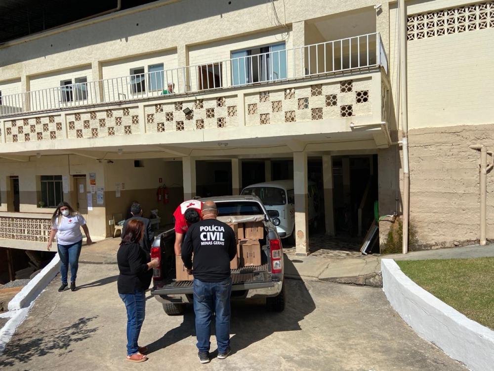 Polícia Civil e Cruz Vermelha realizaram doações para o asilo de Manhumirim