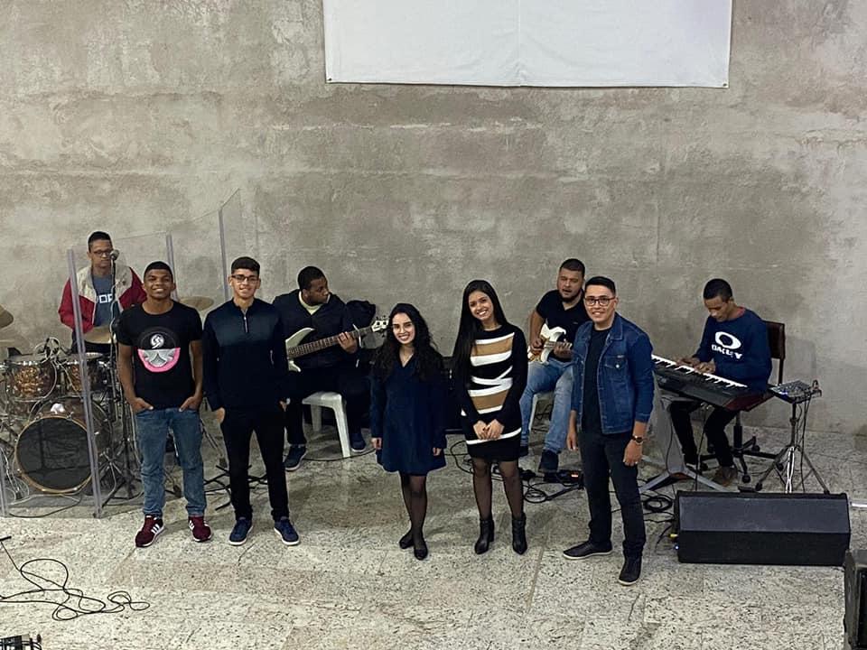 Através do pastor presidente, Jorge Carlos da Costa, jovens da Primeira Assembleia de Deus em Manhuaçu, proveram noite de adoração neste sábado (30), com o ministério de louvor (Foto/Divulgação)