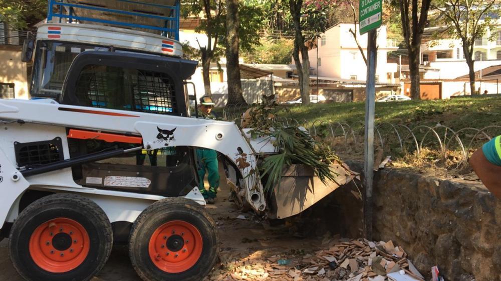 O Serviço Autônomo Municipal de Limpeza Urbana (SAMAL) segue com frentes de trabalho em diversos pontos da cidade. Nesta quarta-feira (3), na retirada de entulhos que estavam na Praça do Parquinho.