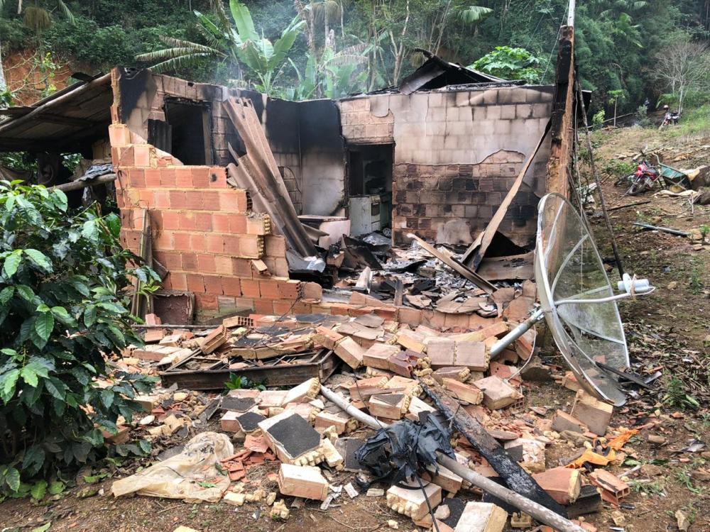 Incêndio destrói casa e móveis no Córrego Mata Fria, em Luisburgo