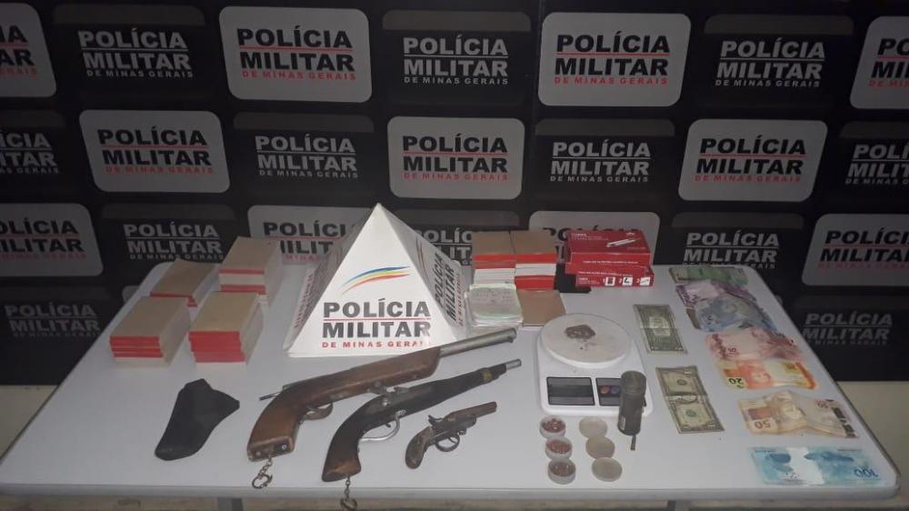 Nesta sexta-feira, 05, a PM recebeu informações que um indivíduo estaria realizando tráfico de drogas e que usava uma oficina velha, na avenida Padre Júlio Maria, centro, para disfarçar a venda das drogas.