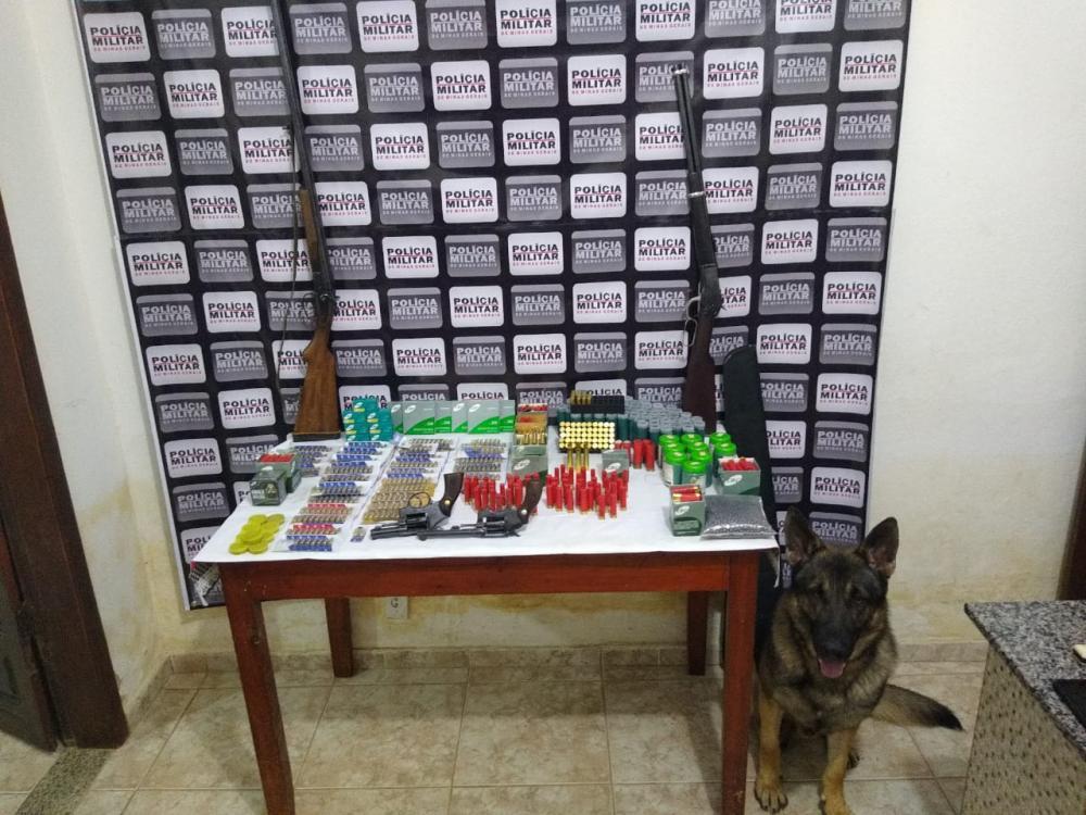 Na tarde dessa sexta-feira (12), os policiais militares de São João do Manhuaçu, receberam denúncia da existência de comércio de armas e munições em um depósito de materiais de construção.