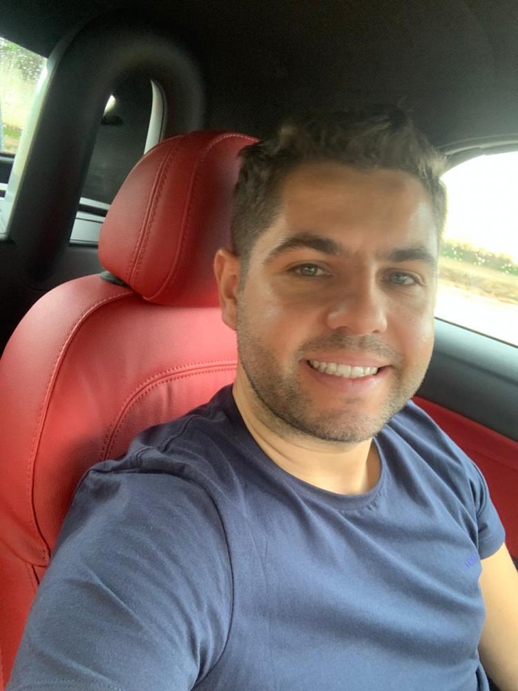 Ele é apaixonado por carros, uniu o gosto pelo mundo automobilístico com a vida profissional.
