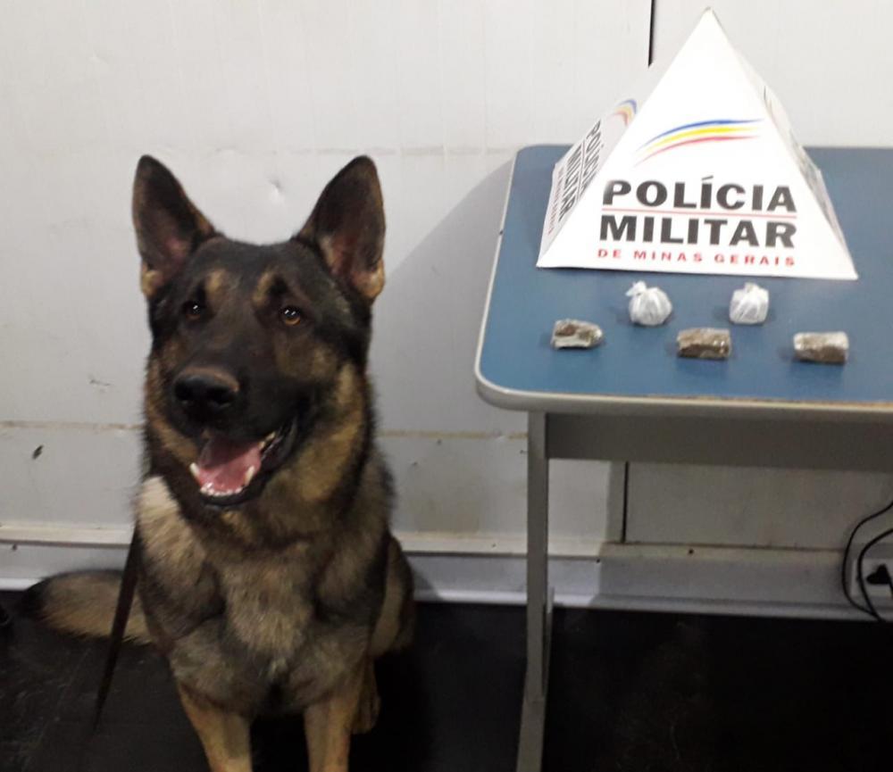Denúncia leva Aquiles encontrar drogas no bairro Engenho da Serra em Manhuaçu