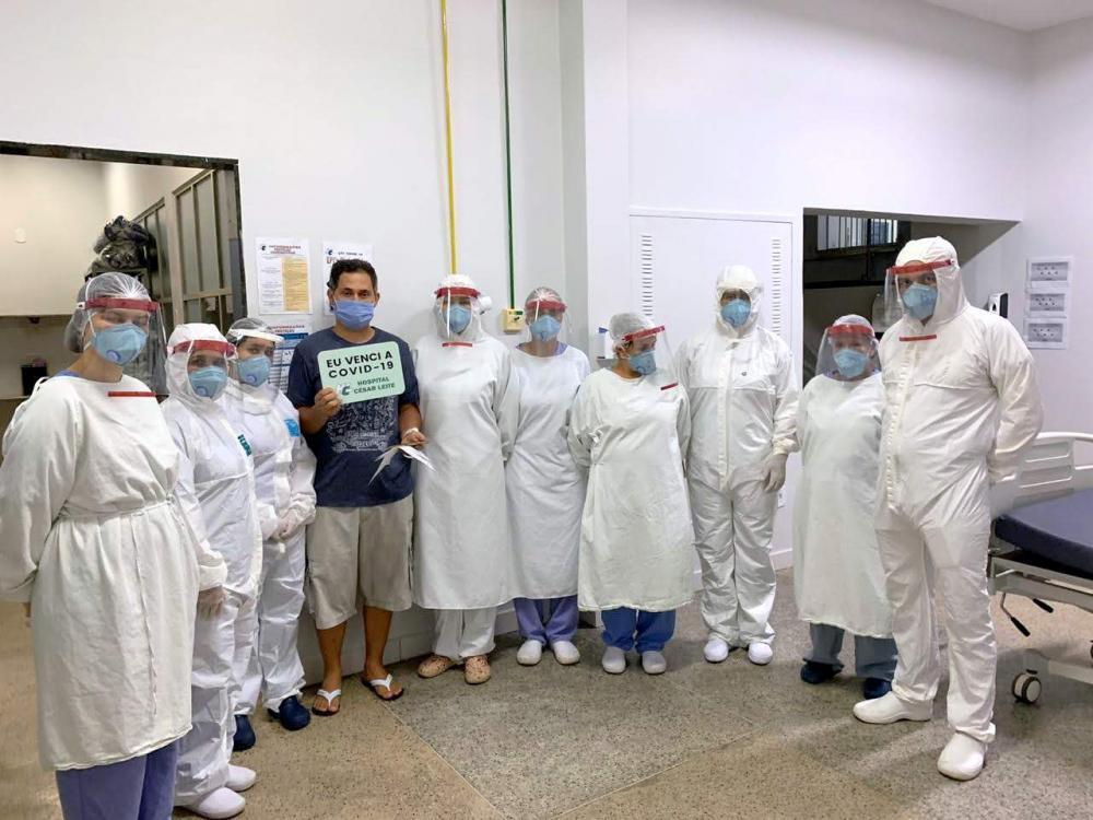O Hospital César Leite, de Manhuaçu, comunica a alta clínica do paciente Fábio Cerqueira Souza, de 40 anos, que estava internado desde o dia 21 de junho, com sintomas de deficiência respiratória causados pela Covid-19.