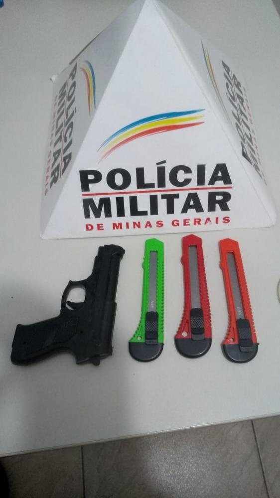 Na tarde de quarta-feira (24), durante patrulhamento pela rua Professor Juventino Nunes, no centro de Manhuaçu, equipe PM recebeu informações de que haviam dois rapazes e uma mulher em atitude suspeita observando motocicletas estacionadas naquela rua.