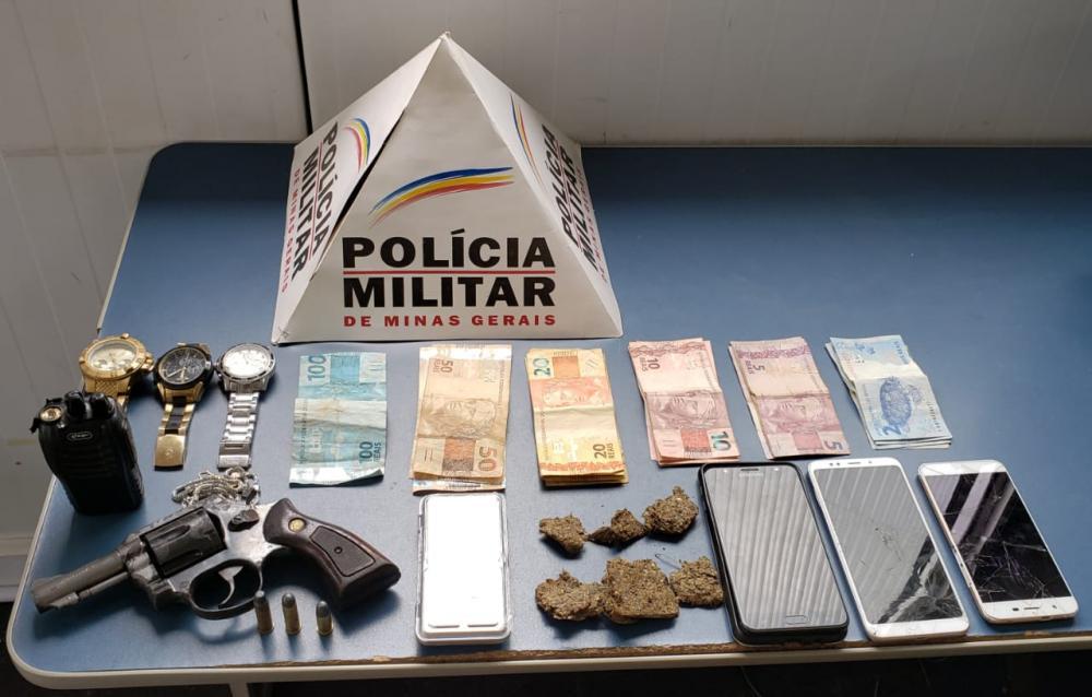 PM apreende arma, munições, dinheiro e drogas no bairro Santa Terezinha