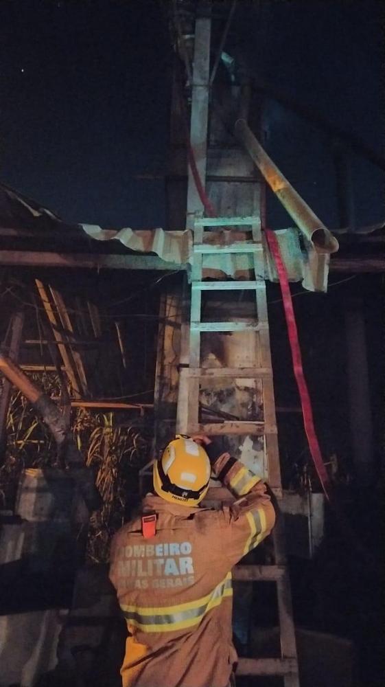 Bombeiros de Manhuaçu atende chamado de incêndio em secador de café em Reduto
