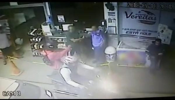 Após o frentista lhe entregar o dinheiro que esse tinha em mãos. Os assaltantes fugiram em uma motocicleta.