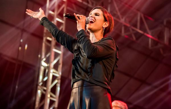 Cantora gospel nega ter demitido backing vocal por ser gay